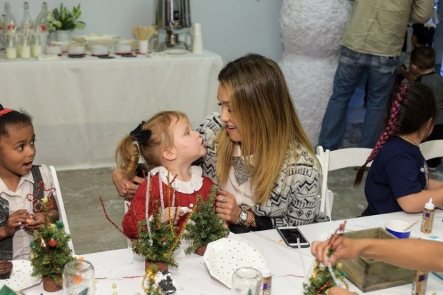 Drew-Barrymore-Daughters-Jessica-Alba-Holiday-Event-8