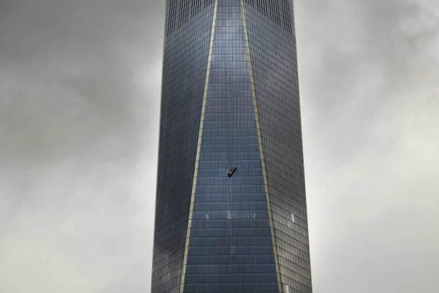 BESTPIX - One World Trade Center Window Washers Trapped In Dangling Scaffolding