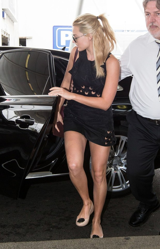 margot-robbie-leggy-in-shorts-sydney-domestic-airport-january-2015_2