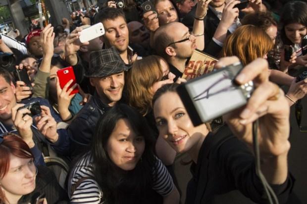 Angelina-Jolie-smiled-photo-while-attending-Brad-Pitt-Paris