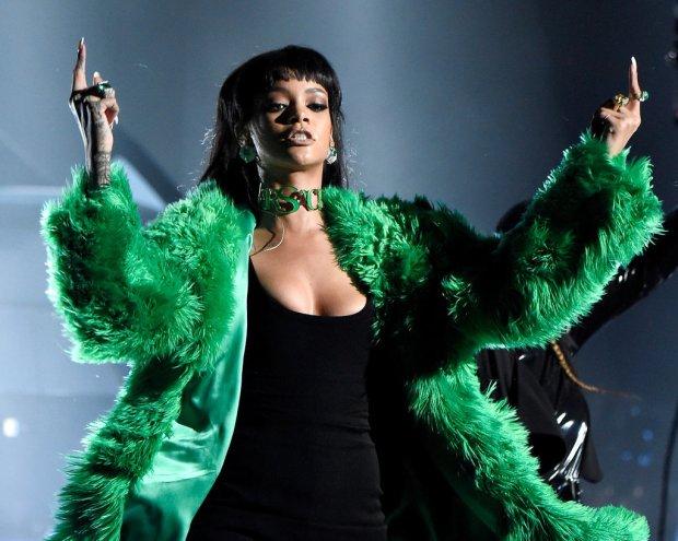 Rihanna-iHeart-Radio-Music-Awards-2015-5