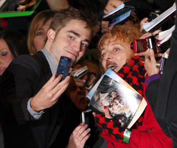 Robert-Pattinson-smiled-fan-November-2012-before-heading