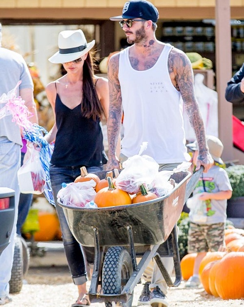 ***MINIMUM SET REPRO FEE 1500 POUNDS STRICTLY NO WEB*** EXCLUSIVE David and Victoria Beckham and family seen getting pumpkins at Underwood Farms in Moorpark, CA