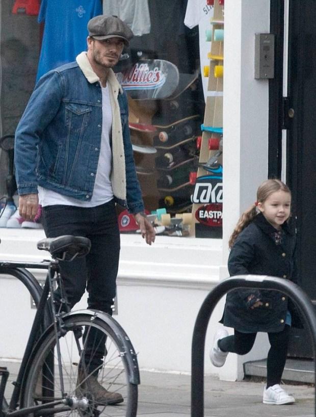 Στο Λονδίνο βρίσκεται αυτές τις ημέρες ο David Beckham με την οικογένειά του. Ο φωτογραφικός φακός τον εντόοισε σε μια χαλαρή βόλτα έχοντας για παρέα την κόρη του, Harper.