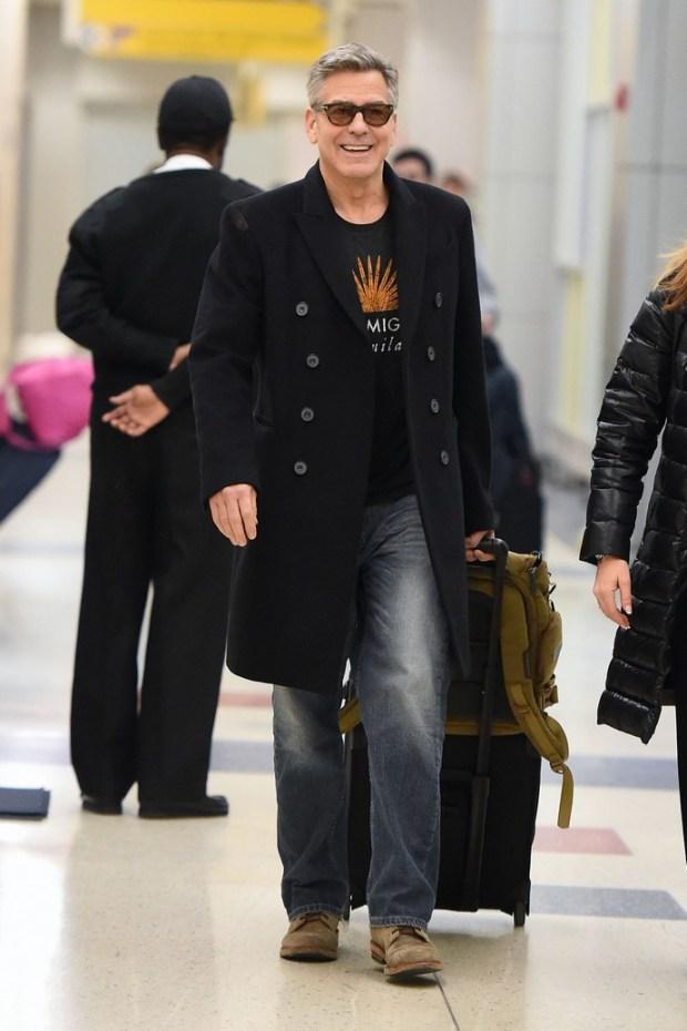 Λίγο αφότου κατέφτασε στο αεροδρόμιο της Νέας Υόρκης εθεάθη ο George Clooney, ο οποίος επισκέφτηκε την πόλη με αφορμή τα συμπληρωματικά γυρίσματα για τη νέα του ταινία με τίτλο «Money Monster».
