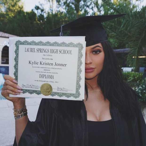 H Kylie Jenner είχε ανεβάσει αυτη τη φωτογραφία από την αποφοίτησή της  γράφοντας «Αγαπώ τη μαμά γι  αυτό που κάνει. Σ  ευχαριστώ που κάνεις αυτή  την ... bf1cf013e5d