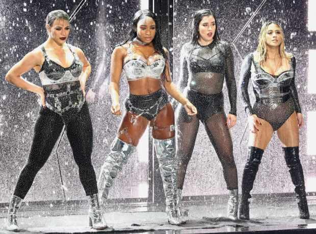 Normani των Fifth Harmony γλίστρησε πάνω στη σκηνή