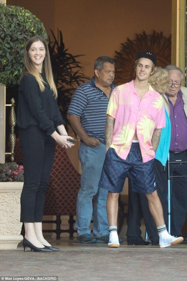 Justin Bieber φλέρταρε με άγνωστη κοπέλα