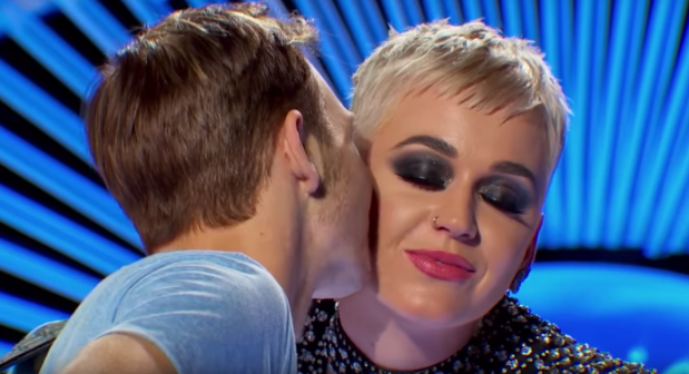 Katy Perry φίλησε υποψήφιο του American Idol