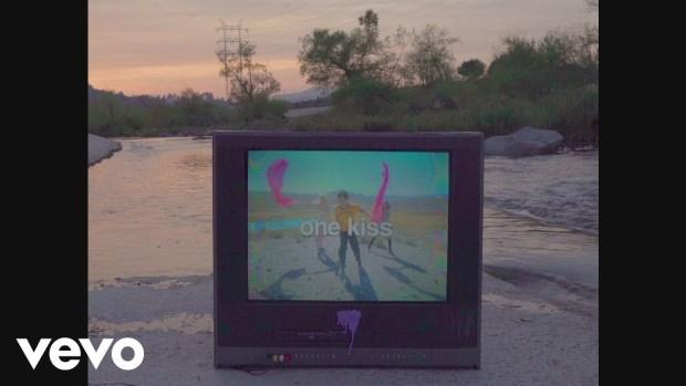 Έρχεται το videoclip του One Kiss