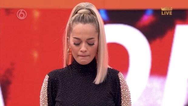 Η Rita Ora λυγίζει καταθέτωντας φόρο τιμής στη μνήμη του Avicii