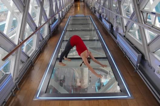 Billie Woodcraft yoga in Tower Bridge © Daniel Connell