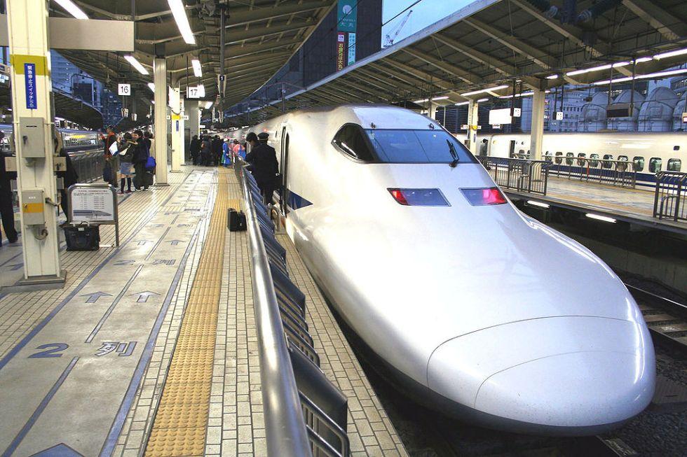 El Shinkansen, tren japones de alta velocidad cuya aerodinámica está inspirada en el comportamiento en agua de la ballena jorobada
