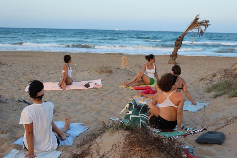 Yoga hormonal en la playa