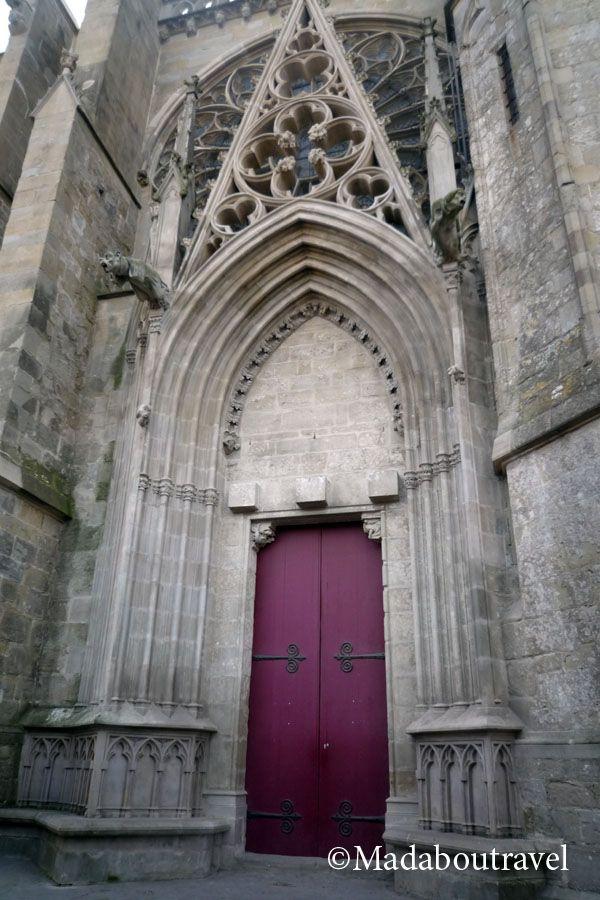 Puerta de la Basílica de Saint Nazare y Saint Celse en Carcassonne