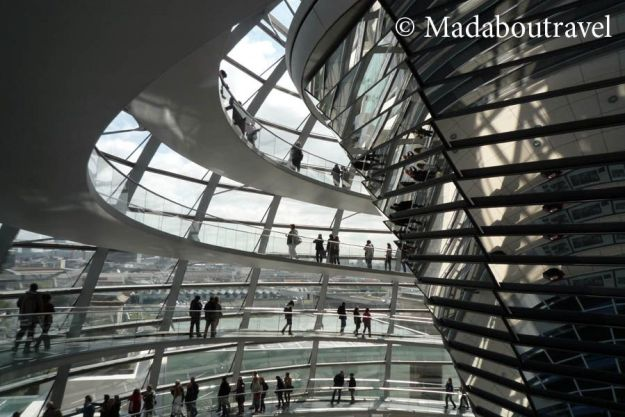 Interior de la cúpula del Reichstag en Berlín