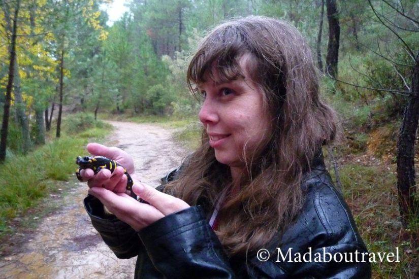 Rebeca con la salamandra ibérica en Arroyofrío