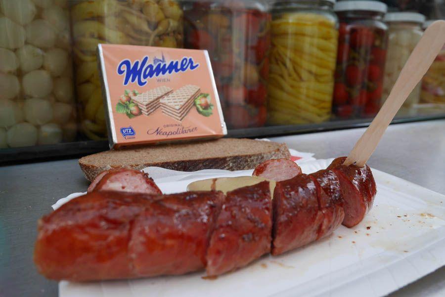 Salchicha käserkainer en bitzinger en Viena