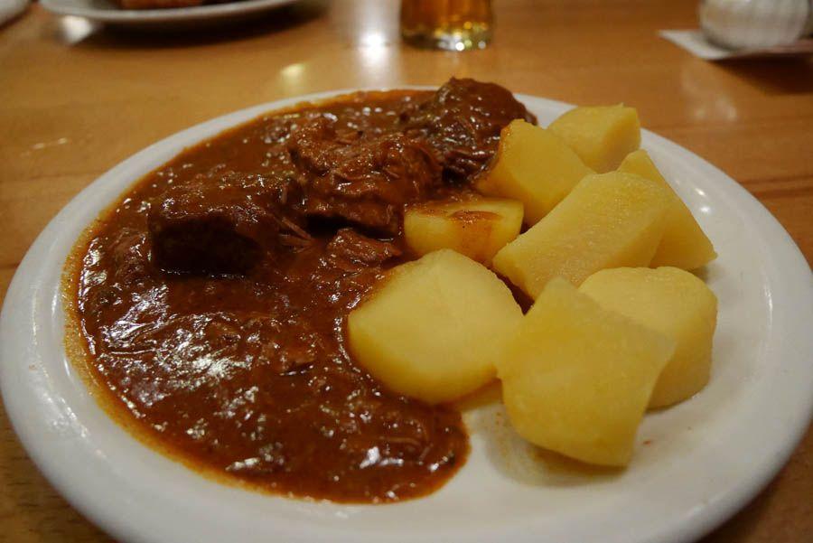 Goulash en el restaurante de Viena Bastei-Beisl