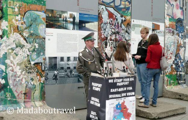 Control de pasaportes en el muro de Berlín