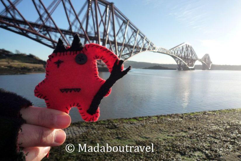 Dimoni viendo de cerca el puente sobre el Firth of Forth