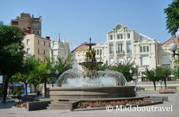 Plaza de Navarra de Huesca, con el Círculo Oscense al fondo