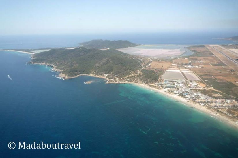 El parque natural de Ses Salines de Ibiza visto desde el avión