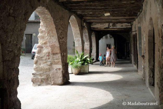 Arcos de la plaza Firal dels Bous en Santa Pau