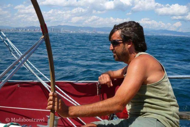 El skipper Xavi Herrero al mando del velero Jolly Rouge