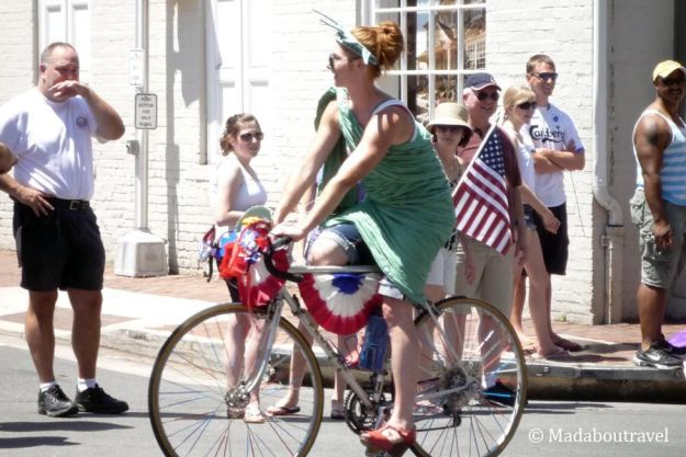 La estatua de la Libertad en bicicleta en el desfile del 4 de julio en Leesburg, Virginia