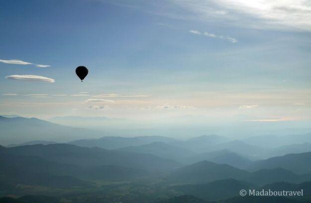 Volando en globo al amanecer