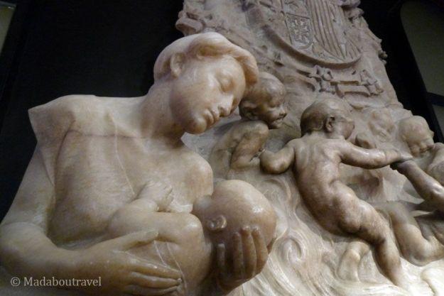 Detalle de la chimenea de alabastro del Hotel España