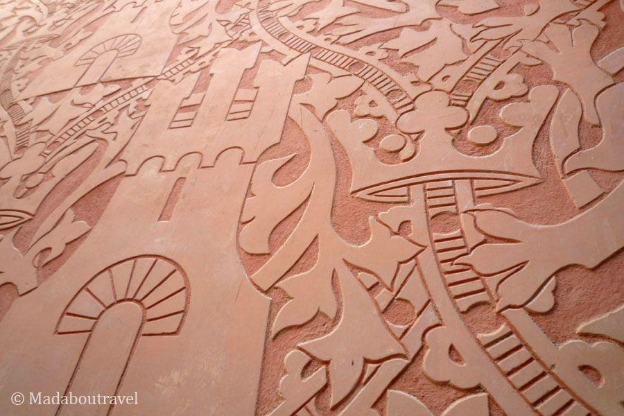 Esgrafiados en las paredes del Hotel España