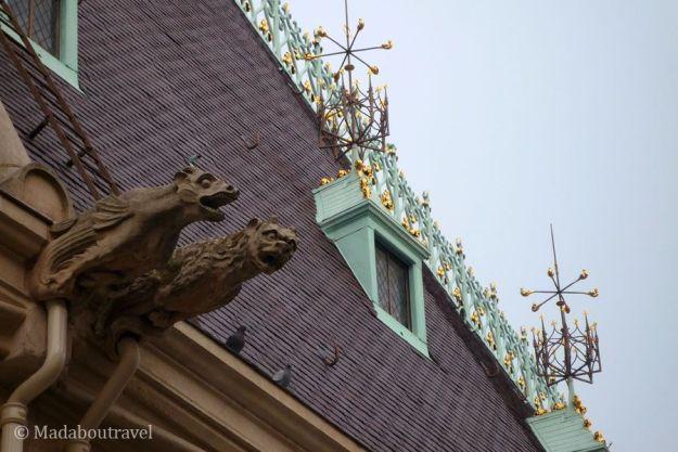 Detalle de gárgolas y el tejado del Palacio de los Duques de Lorena