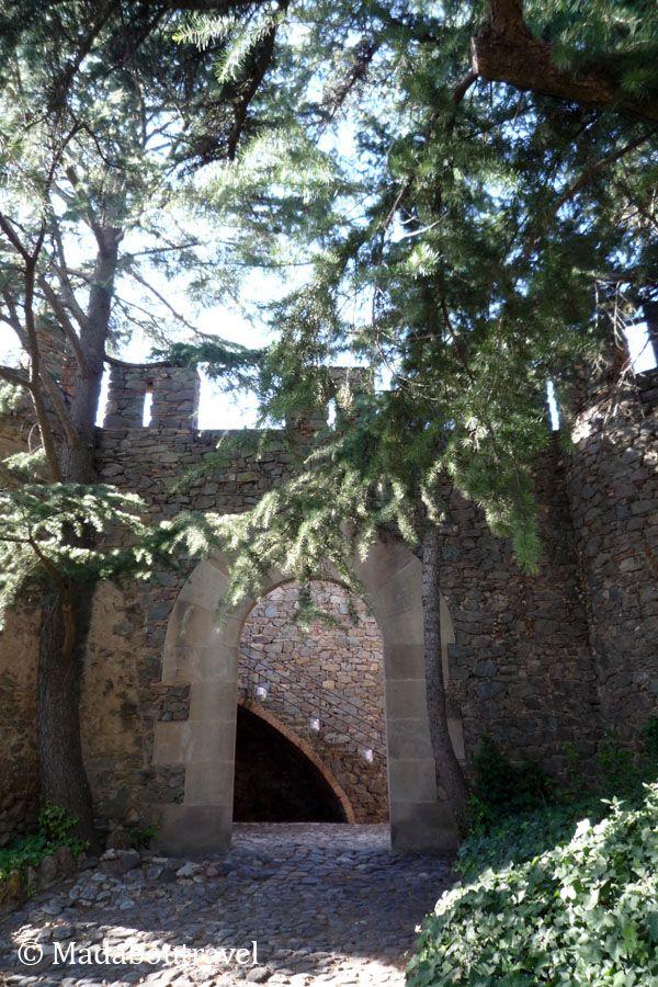 Entrada a la Torre Bellesguard por la muralla medieval