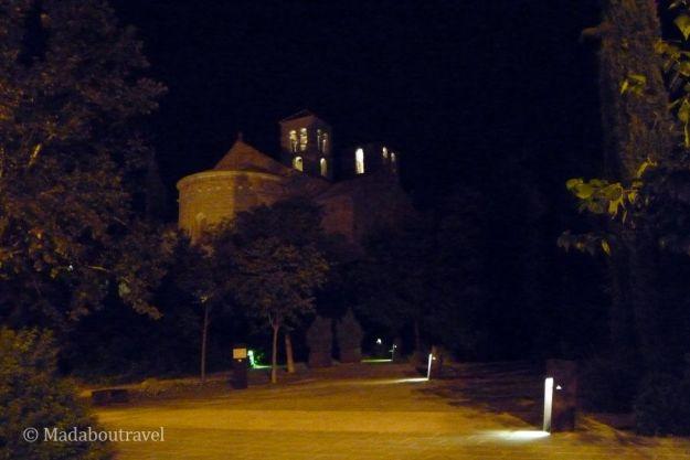 El Monasterio de Sant Benet del Bages por la noche