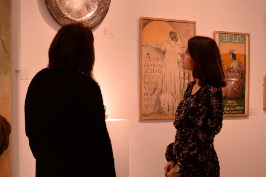Vero e Isabel mirando obras modernistas en Artur Ramon Art