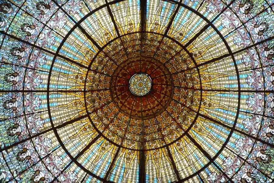 La espectacular vidriera del techo del Palau de la MúsicaLa espectacular vidriera del techo del Palau de la Música