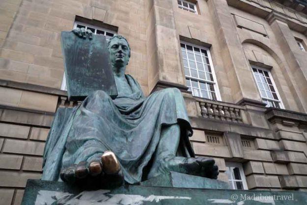 Estatua de David Hume en Edimburgo