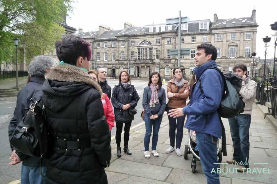 Simón explicándonos cosas frente a la casa de Alex Salmond, primer ministro de Escocia