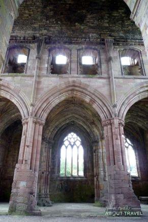 Interior de la Abadía de Melrose en los Borders de Escocia
