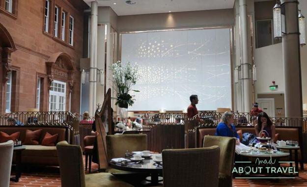 Afternoon tea en Peacock Alley en el Hotel Caledonian de Edimburgo