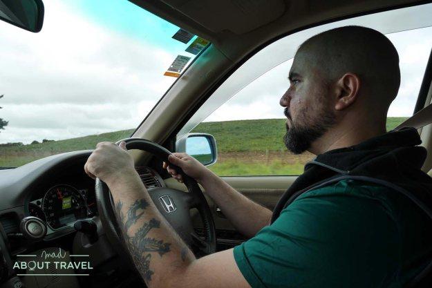 Antonio conduciendo por Nueva Zelanda