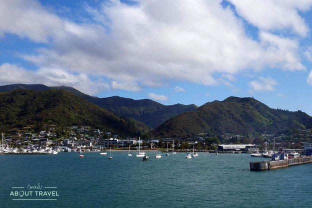 Ferry de Wellington llegando a Picton en la isla sur de Nueva Zelanda