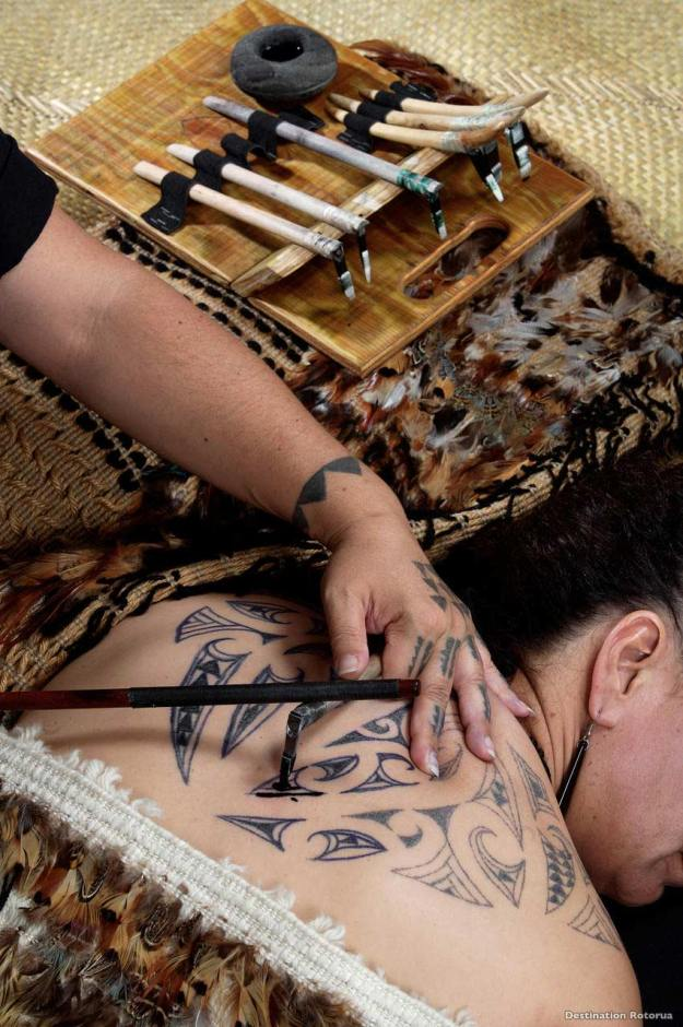 Tatuaje maorí tradicional