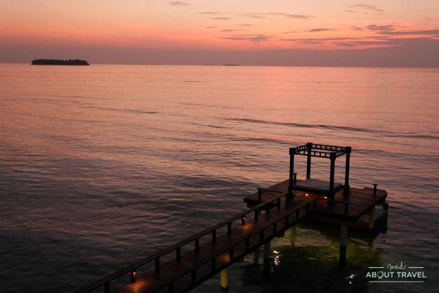 atardecer en el resort angsana velavaru en maldivas