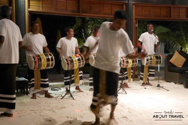 espectáculo bodu beru en el hotel angsana velavaru