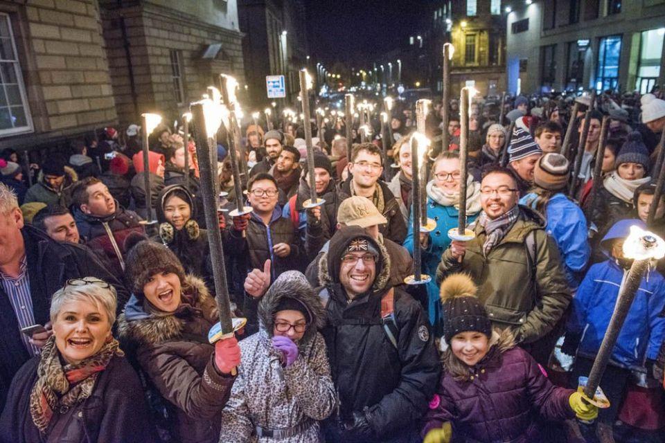 procesión de antorchas edimburgo hogmanay