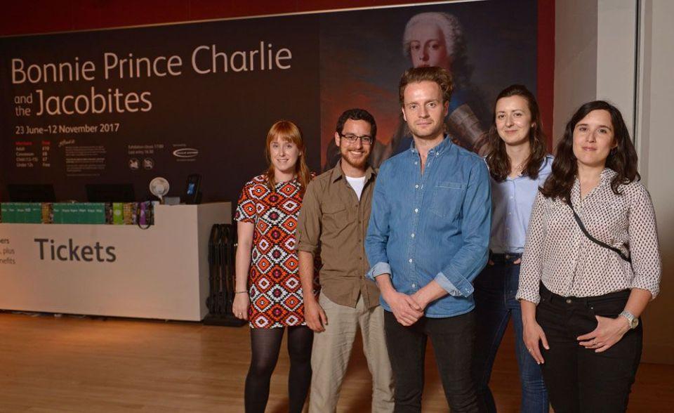 Los Scotlanders con el actor Andrew Gower, bonnie prince charlie en la serie Outlander