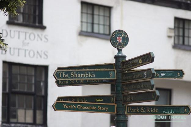 señal turística en York, inglaterra